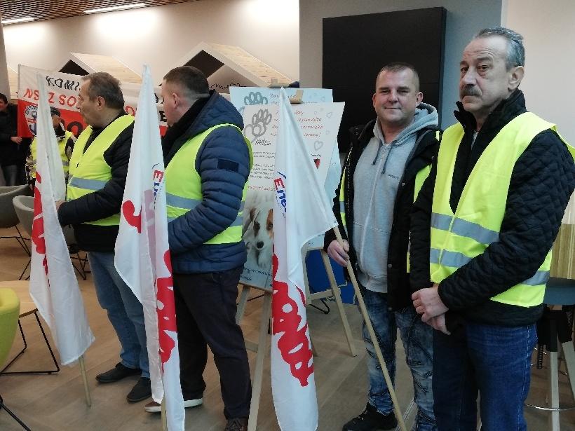 protest przed siedzibą główną w Warszawie